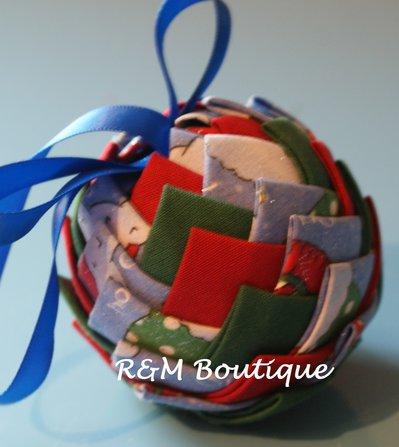 Pallina di natale di tessuto fatta a mano - modello piccolo - verde, rosso e azzurro