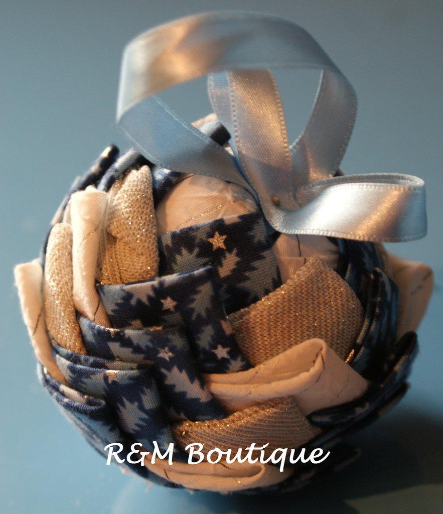 Pallina di natale di tessuto fatta a mano - modello piccolo - blu, argento e bianco