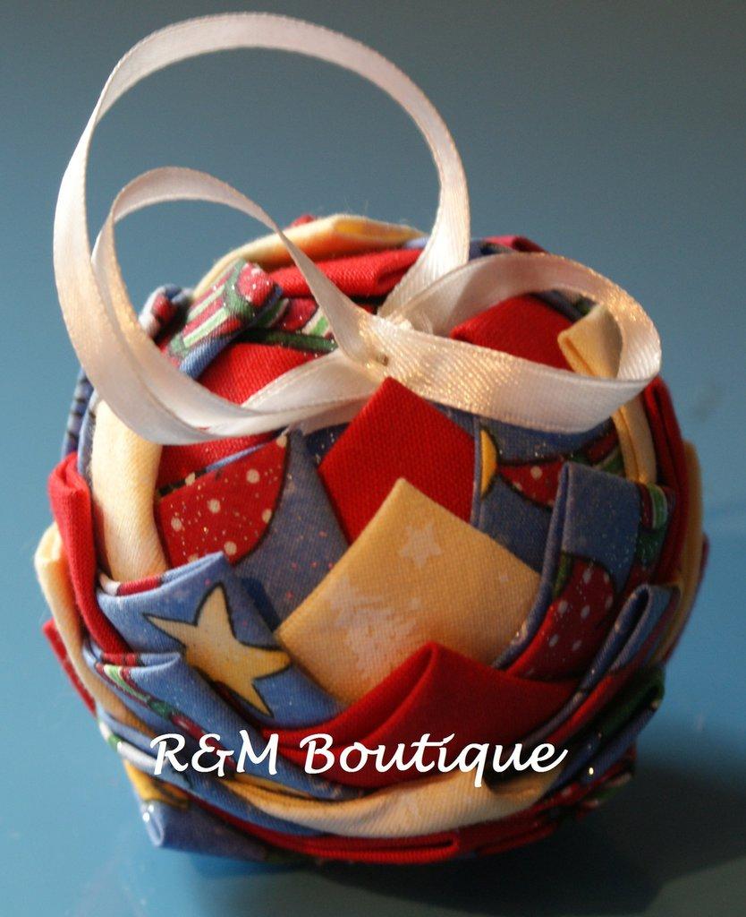 Pallina di natale di tessuto fatta a mano - modello piccolo - azzurro, giallo e rosso