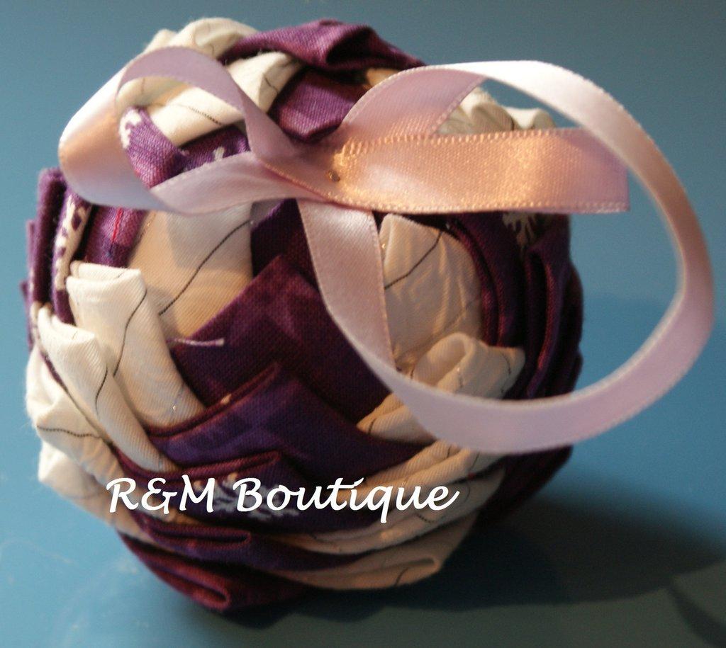 Pallina di natale di tessuto fatta a mano - modello piccolo - viola e bianco