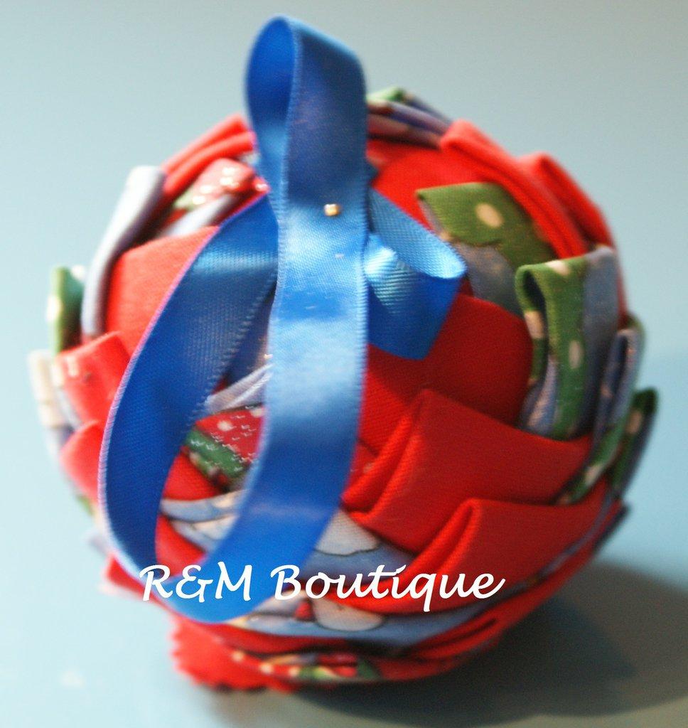 Pallina di natale di tessuto fatta a mano - modello piccolo - rosso e azzurro
