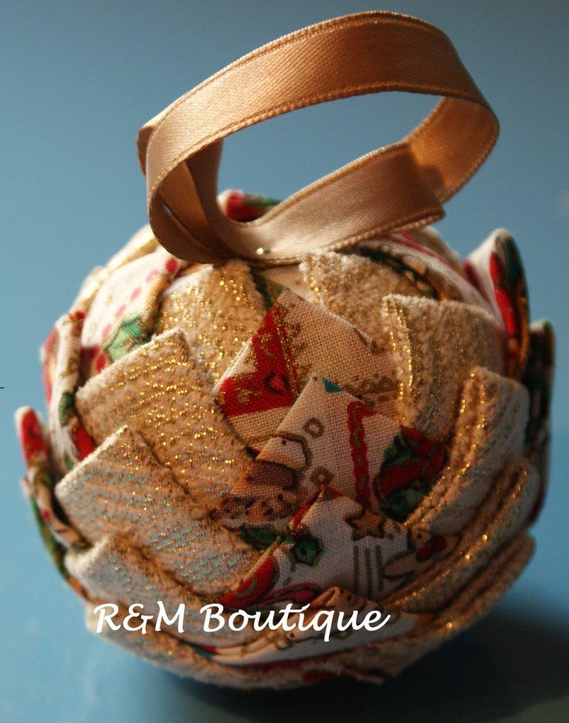 Pallina di natale di tessuto fatta a mano - modello piccolo - bianco e oro