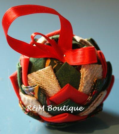 Pallina di natale di tessuto fatta a mano - modello piccolo - verde, oro e rosso