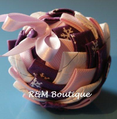 Pallina di natale di tessuto fatta a mano - modello piccolo - viola, rosa e bianco