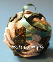 Pallina di natale di tessuto fatta a mano - modello piccolo - oro e verde