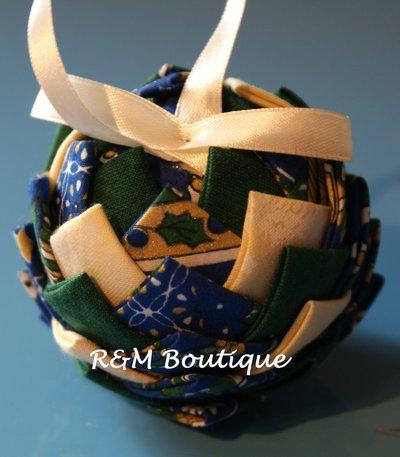 Pallina di natale di tessuto fatta a mano - modello piccolo - verde, blu e panna