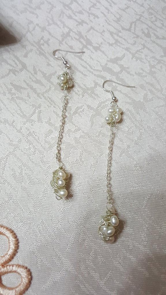 orecchini pendenti con nodi di perle di fiume e catenella argentata