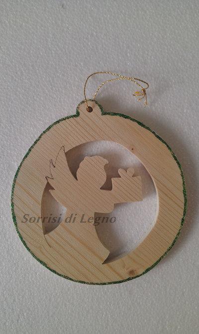 Pendel di Natale in legno, traforato, angioletto con regalo.