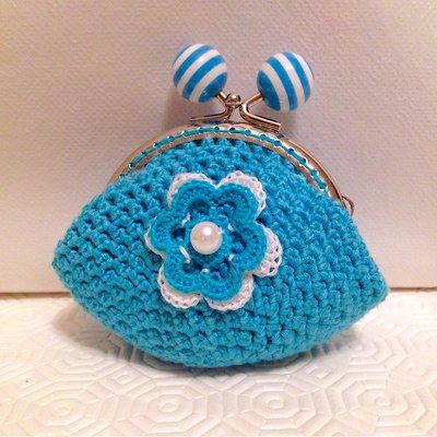 Borsellino portamonete in viscosa azzurra, fatto a mano all'uncinetto, con fiore tridimensionale in cotone, con perla bianca