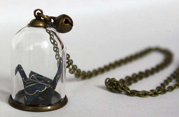 Collana lunga con campana di vetro e origami