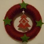 Ghirlanda natalizia rossa con alberello e stelline