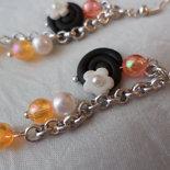 Liquirizia girella nera e fiore bianco - orecchini pendenti con perline rosa e arancione