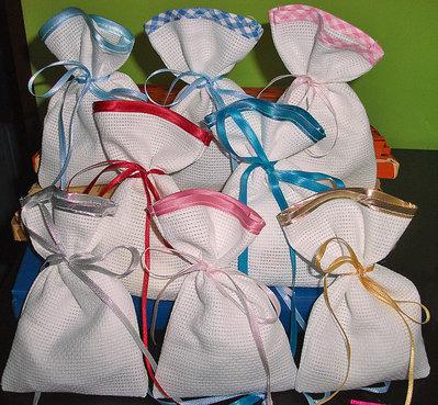 SPESE DI SPEDIZIONE GRATUITE Stock 100 sacchetti da ricamare bomboniere segnaposto portaconfetti rifiniti in raso punto croce