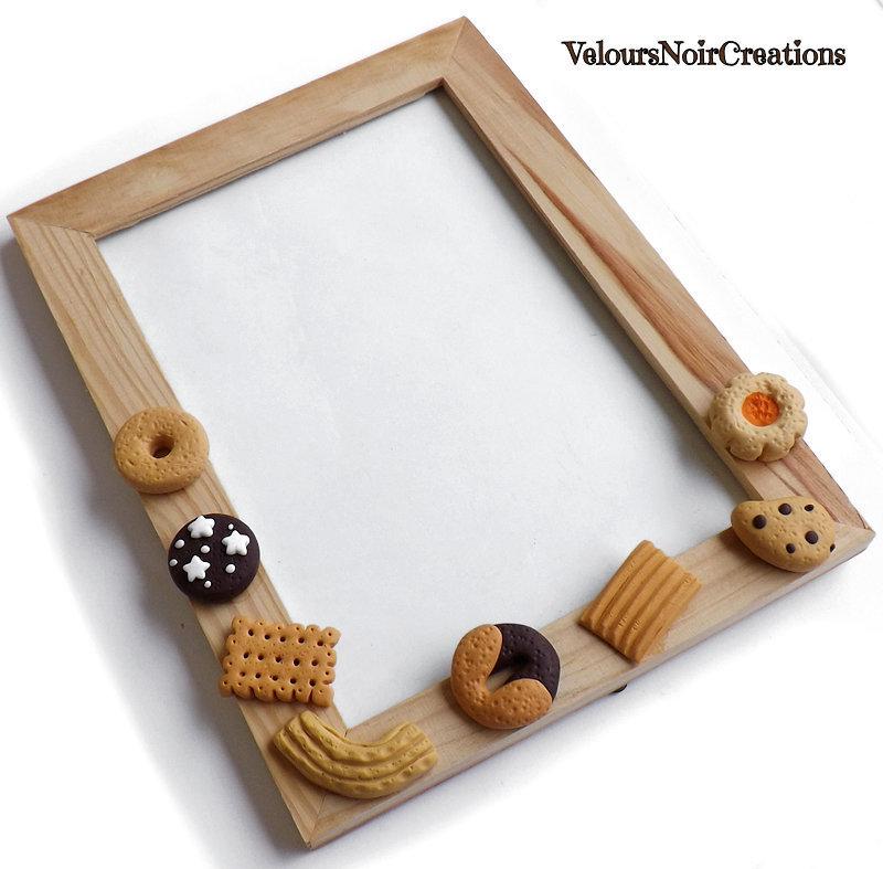 Cornice portafoto in legno con biscotti in fimo