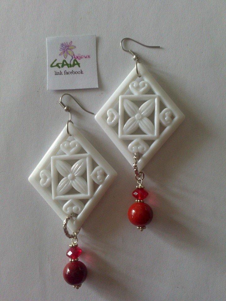 Orecchini rombi bianchi in resina, pallina pendente in resina con mezzo cristallo rosso