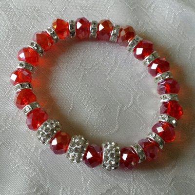 Bracciale elastico con cristalli rossi iridescenti e rondelle con strass