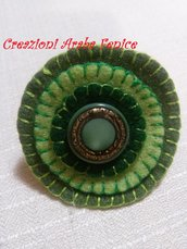 Anello regolabile in pannolenci verde cucito a mano