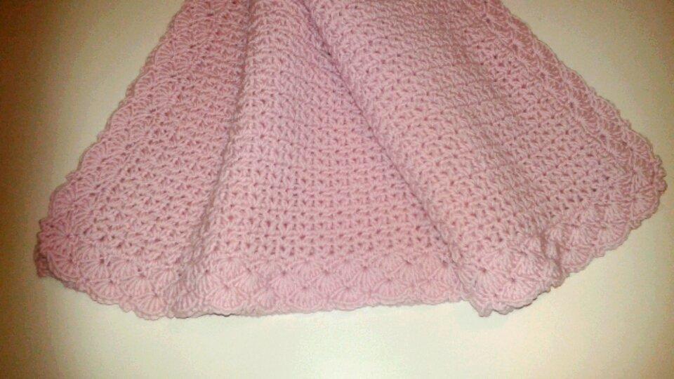 Copertina rosa in pura lana per culla o carrozzina all'uncinetto