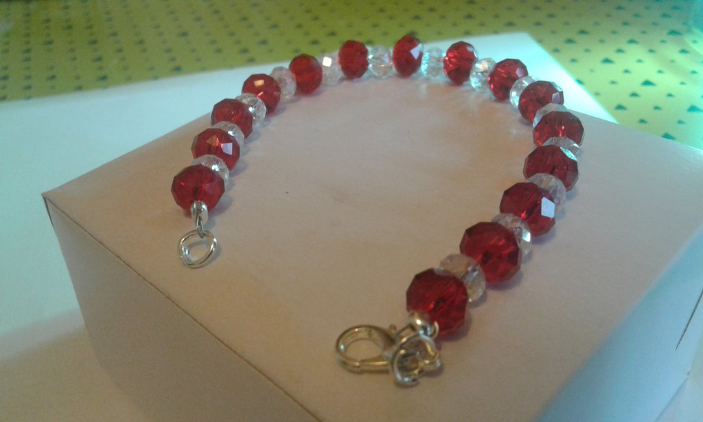 Bracciale con perle rosse e trasparenti