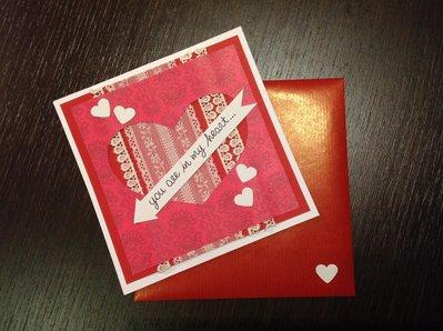 Biglietto d'amore rosso con pizzo e cuore