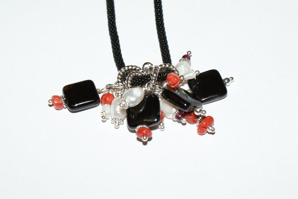 Collana in catena snake con pendente in agata nera corallo perle di fiume