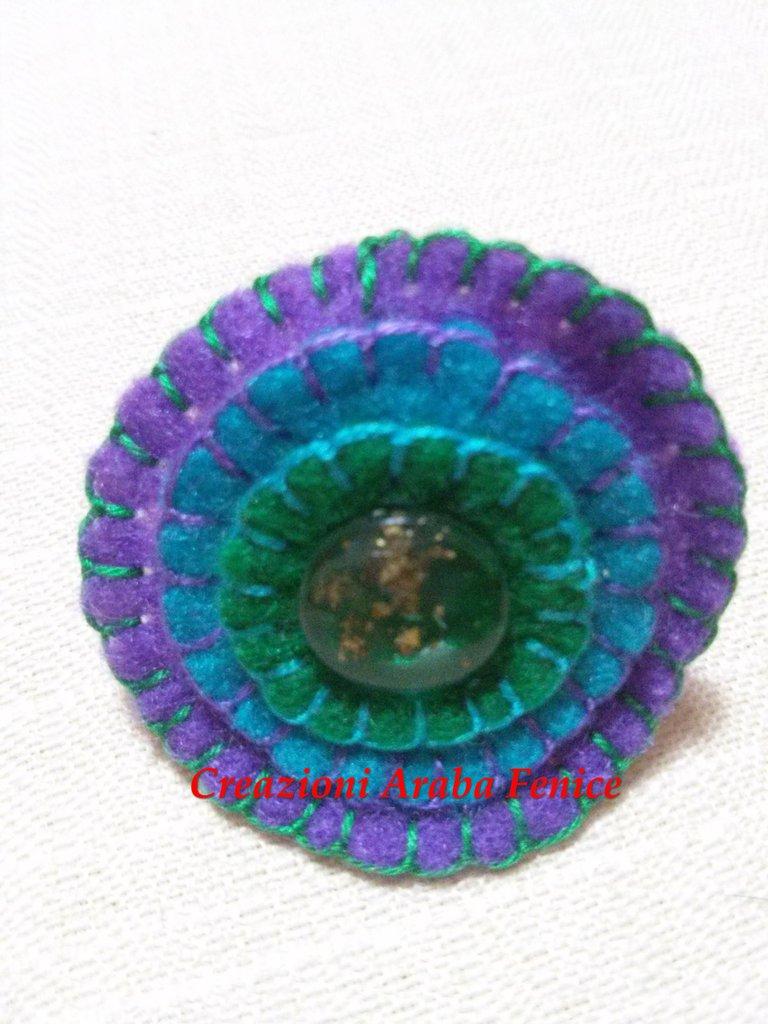 Anello regolabile in pannolenci turchese cucito a mano