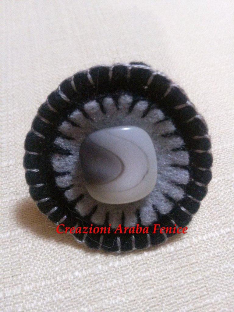Anello regolabile in pannolenci nero/grigio cucito a mano