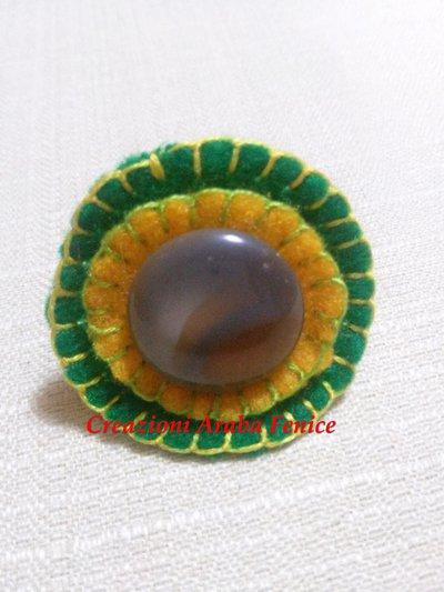 Anello regolabile in pannolenci verde/giallo cucito a mano