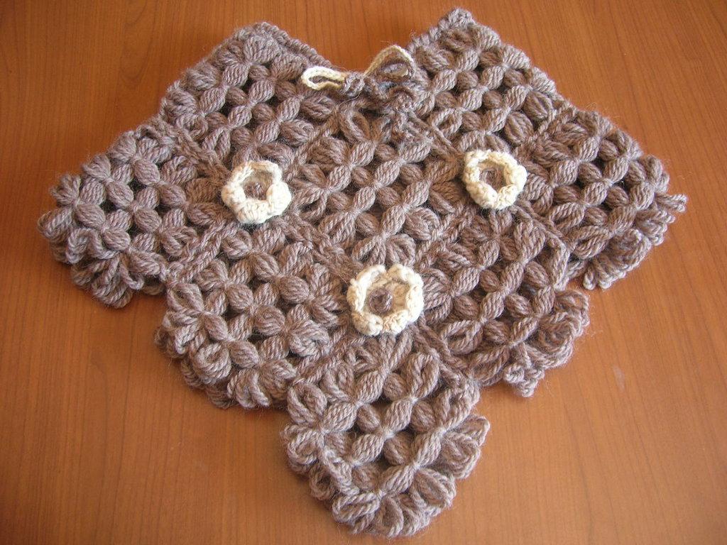 Completo composto da poncho e cappellino per neonato  realizzati con telaio in legno