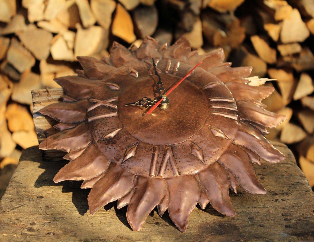 Orologio in rame a forma di sole lavorato a mano