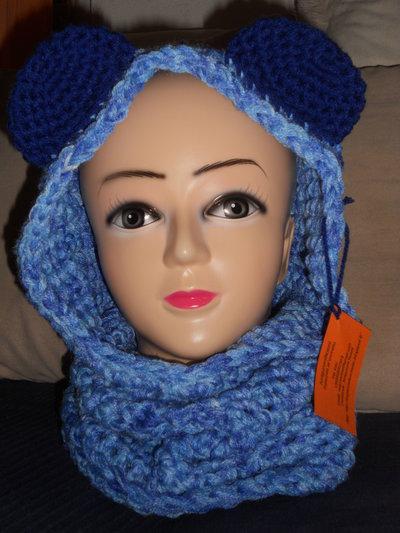 Cappello scaldacollo cappuccio realizzato all'uncinetto nei toni dell'azzurro