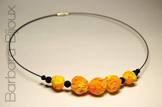 Collana girocollo di pietre laviche e perle effetto pietra lavica arancione e giallo.