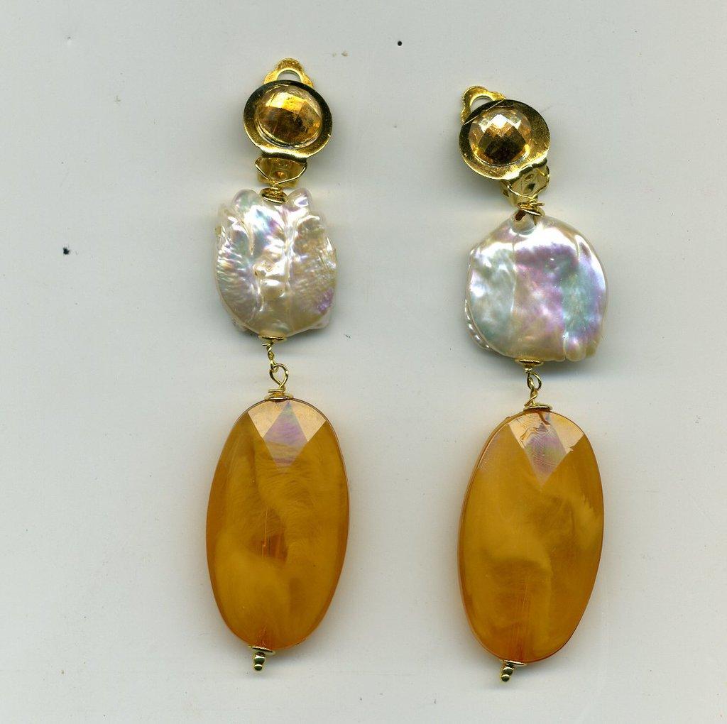 Orecchini pendenti a clips con perla piatta e resina ambrata