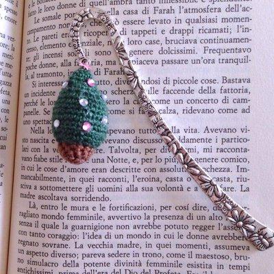 Segnalibro a gancio con mini albero di Natale amigurumi con brillantini rosa e bianchi, fatto a mano all'uncinetto