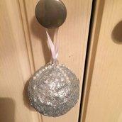 Pallina di Natale effetto ghiaccio con mezze perle e diamanti