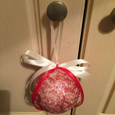 Pallina di Natale con porporina rossa e mezze perle