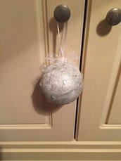 Pallina di Natale argento con pietre e tulle