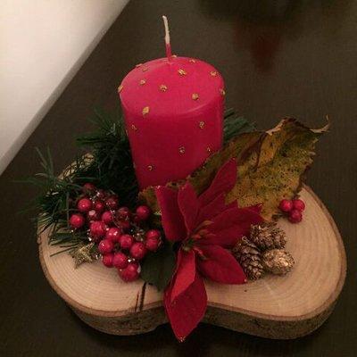 Centrotavola disco di legno con candela e decorazioni natalizie