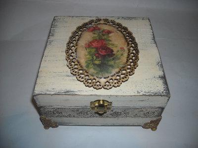 Scatola portagioie in legno con decoupage di rose su una  base ovale,traforata