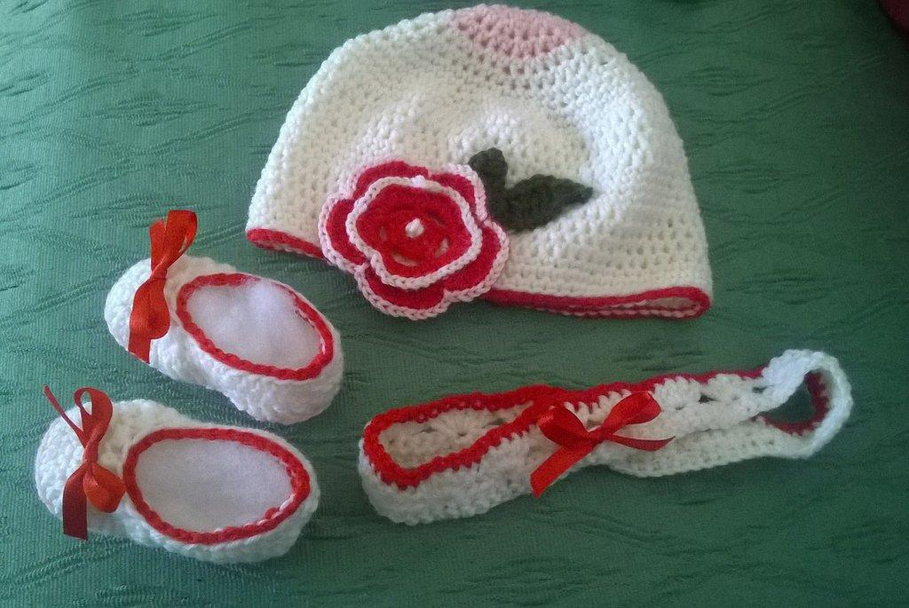 """Scarpette, fascetta e cappellino con fiore,fatti a mano  per neonata, pura lana vergine, modello """"Pollicina"""", bianche e rosse, eleganti"""