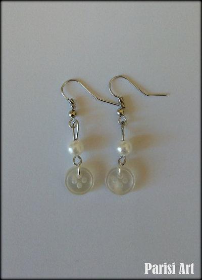 Orecchini pendenti fatti a mano con bottoni e perle bianche