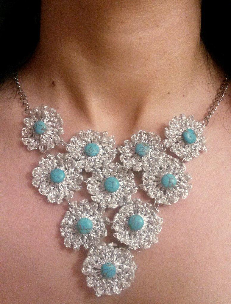 Collana a fiori in lamè argento e corallo turchese