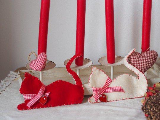 DECORAZIONI NATALIZIE.2 gatti in feltro (bianco/rosso).Collare a quadretti e cuore in smalto/strass per l'albero,la porta,segnaposto,gioco.