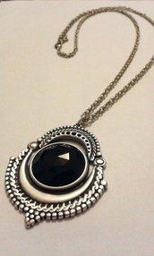 Collana in argento antico lucido con ciondolo etnico