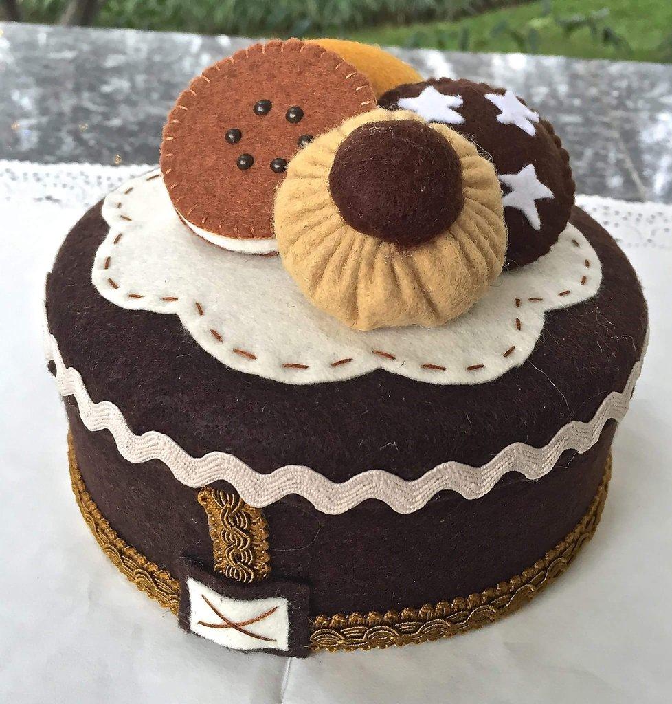 scatola in latta rivestita in feltro decorata con biscotti in feltro