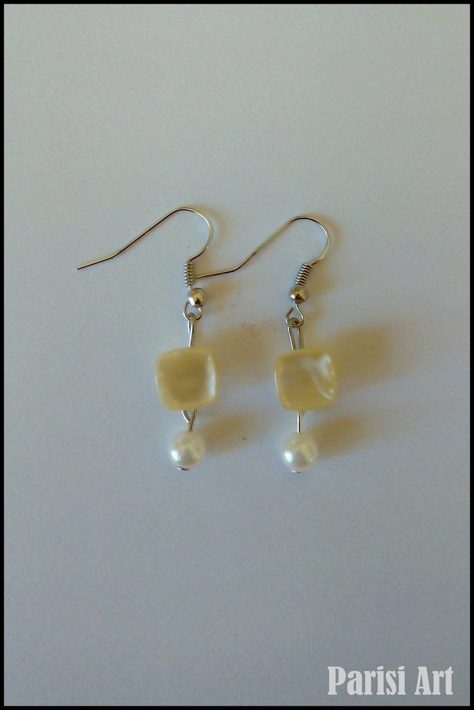 Orecchini pendenti fatti a mano con perle bianche e bottoni