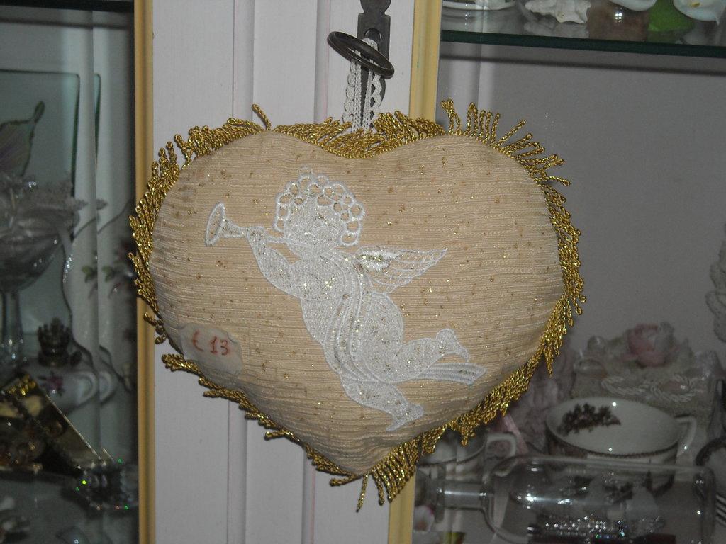 addobbo natalizio a forma di cuore con angioletto