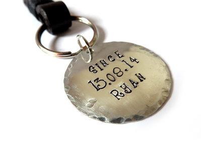Portachiavi con ciondolo inciso personalizzato data e nome in pelle con rivetti