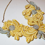 Collana kanzashi fatta a mano con fiori di colore giallo