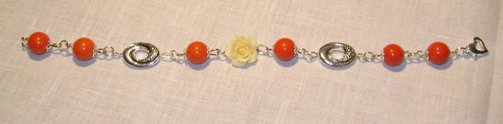 Bracciale con giada arancio liscia e rosa color avorio
